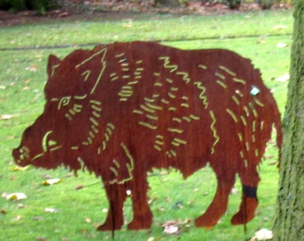 Wildschwein Walter mit Erdspießen