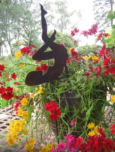 Blumentopfstecker Frau Beine hoch klein